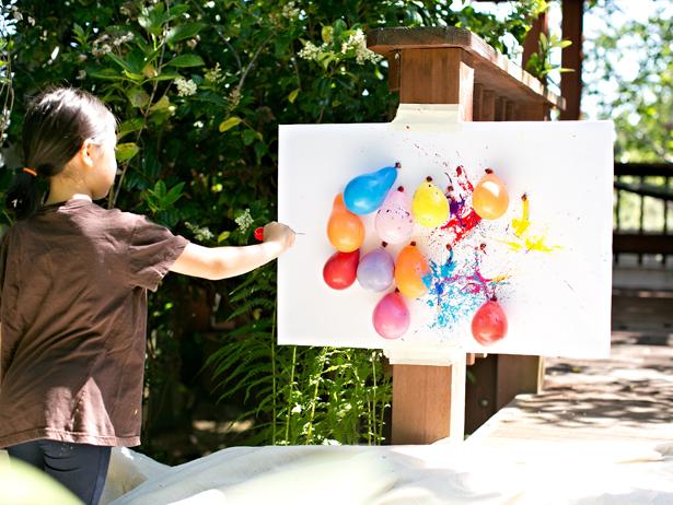 Peinture avec des fléchettes et des ballons